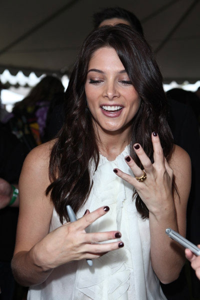 Ashley Greene wearing VV ring.jpg